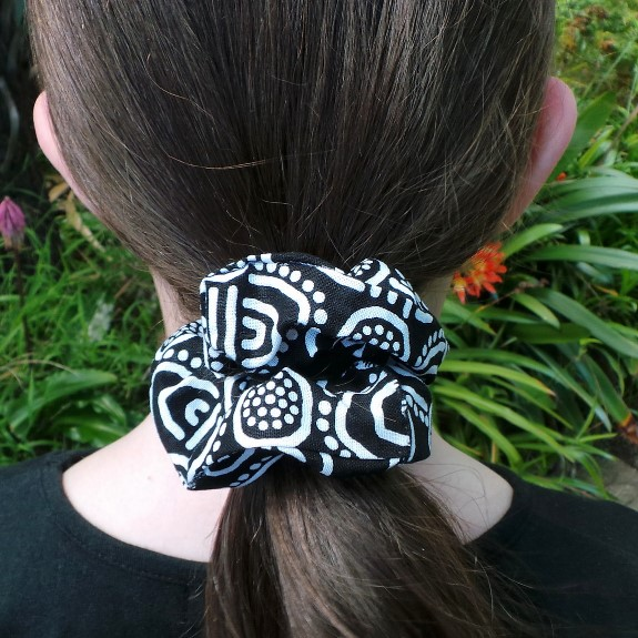 Australia: Indigenous Scrunchie - White & Black